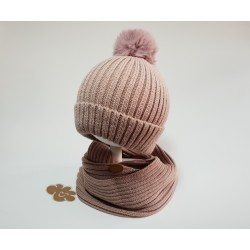 Gorro  y cuello color rosa palo.