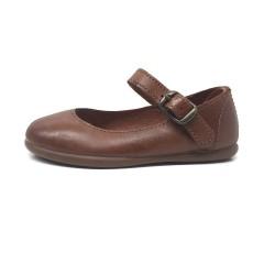 Zapatos  merceditas de piel color cuero.